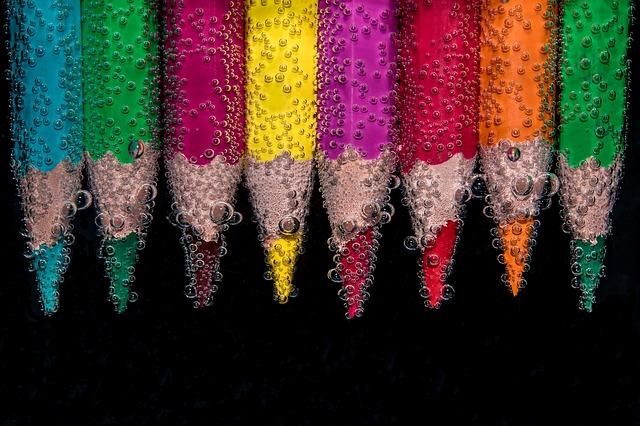 水中の色鉛筆