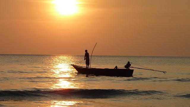 船で釣りをする人