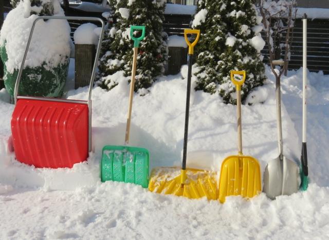 いろいろな雪かきスコップ